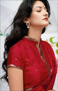 High Neck Blouse Designs - Trending 21 High Neck Designs In High neck blouse designs are all the rage in Bollywood starlets are sporting the latest and stylish high neck blouse patterns, socialites can't do without several options of the latest high n… Blouse Designs High Neck, Cotton Saree Blouse Designs, High Neck Blouse, Saree Blouse Patterns, Collar Blouse, Ethnic Fashion, Indian Fashion, Designer Saree Blouses, Sari Bluse