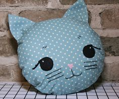 Gray Gables: Easy, Quick, and Adorable Kitty Pillow with 10 round pillow insert. Also from Jill Hamors book Storybook Toys. Baby Pillows, Kids Pillows, Animal Pillows, Quilt Baby, Cute Sewing Projects, Sewing Crafts, Stuffed Animal Patterns, Diy Stuffed Animals, Sewing Toys