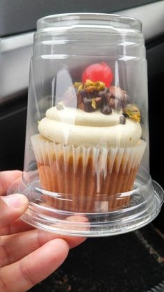 Plastic cups pull double duty - use for iced coffee drinks and single cupcakes! such a great idea! Plastic cup with a lid upside down for individual cupcake carriers! How to cover individual cupcakes for a cake stall Perfect idea for farmer's market baked Bake Sale Packaging, Cupcake Packaging, Food Packaging, Cupcakes Packaging Ideas, Skincare Packaging, Cosmetic Packaging, Mini Cakes, Cupcake Cakes, Cup Cakes