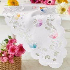 Puro lino bianco disegnato per realizzare il runner da tavola ad intaglio con motivo floreale // Mani di Fata