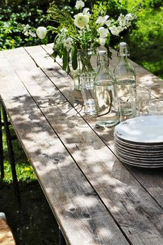 In what will be the back garden of Selima Cottage is a lovely sun trap. I plan to have a simple outdoor table, with a pergola above for dining outdoors, I think it will be a magical spot 🌿💚🌳 This blissful image is from via Outdoor Dining, Outdoor Tables, Outdoor Decor, Rustic Outdoor, Back Gardens, Outdoor Gardens, Al Fresco Dining, Rustic Table, Deco Table