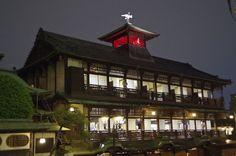Dogo Onsen, Matsuyama© iStockphoto  Drieduizend jaar oude onsen (badgelegenheid) en daarmee een van de oudste in de Japan. Het mooie drie verdiepingen tellende houten kasteel eromheen dateert uit 1894.