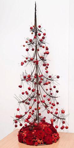 Draadboom..met bloemen als basis Metal Christmas Tree, Tabletop Christmas Tree, Unique Christmas Trees, Alternative Christmas Tree, Xmas Tree, Christmas Crafts, Xmas Flowers, Christmas Flower Arrangements, Christmas Centerpieces