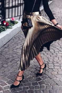 Metallic pleated maxi skirt with black blouse and black pumps