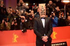 最初の質問で「こんなに性描写ばかりの映画に出演した感想は」と聞かれたラブーフは顔をしかめ、かつてフランスの元サッカー選手エリック・カントナが報道陣を侮辱した言葉を引用して「カモメが漁船を追いかけるのは、イワシが海に撒かれると思っているからだ」と回答。そのまま、汚れた野球帽をかぶりチューイングガムをかみながら部屋を出て行ってしまい、後には驚きながらもにやにやする他の出演者が残された。  AFP | 過激さ増したトリアー監督新作、喝采呼ぶも場外で波乱