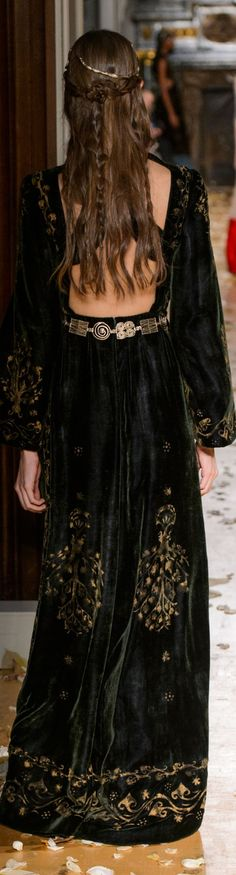 Valentino spring 2016 Couture The golden print on the velvet fabric with a wide open back and long sleeves. Fashion Moda, Fashion Week, Runway Fashion, High Fashion, Fashion Show, Fashion Design, Valentino Garavani, Valentino Couture, Beautiful Gowns