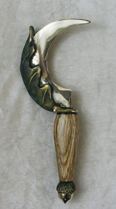 ☆ Oak Leaf Bronze Sickle :¦: A Small Hand Sickle made of Solid Bronze. A Life size Oak Leaf cups the spine of the blade, it's stem wrapping around the handle. Acorn Pommel with your choice of handle. ☆