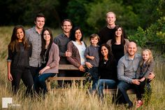Group poses, large family pictures what to wear, casual family photos, grou Large Family Portraits, Extended Family Photography, Large Family Poses, Family Portrait Poses, Large Family Photo Shoot Ideas Group Poses, Large Families, Large Group Photos, Beach Portraits, Portrait Ideas