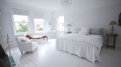 The White Villa - London Holiday Home - Lovely white bedroom at the White Villa In London