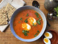 Noen ganger finnes det ikke noe bedre enn en rykende varm suppe når det rusker som verst. Denne tomatsuppen er akkurat passe spicy og metter bra i magen!