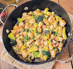 Probeer eens dit lekker makkelijk en smakelijke gerecht. Roerbakkip met broccoli en champignons, lekker in de wok!