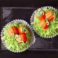 Pumpkin Patch Cupcakes Take a trip to the pumpkin patch with these oh-so-easy Halloween cupcakes. The easy fall design makes for a fun -- not scary -- Halloween treat. Halloween Desserts, Halloween Treats, Halloween Fun, Halloween Cupcakes Easy, Halloween Baking, Haunted Halloween, Halloween Recipe, Halloween Birthday, Finger Foods