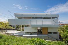 Casa a Toyonaka assurdo, sembra una brutta copia della Villa Savoye di Le Corbusier inserita in un brutto quartiere residenziale ! Non è da Domus !