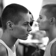 With matching buzz cuts and art-filled social media feeds, it's time to catch up to Giulia and Camilla Venturini. Very Short Hair Men, Short Hair Tomboy, Short Hair Styles, Shaved Hair Women, Half Shaved Hair, Shaved Head, Buzz Cut For Men, Buzz Cuts, Angelina Jolie Short Hair