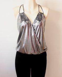 luce linda y #elegante con esta #blusa #plateada con #tirantes