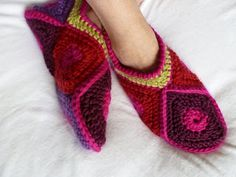 Als de zomer het laat afweten.... En je hebt koude voeten..... En je hebt een bak vol met wol.... Dan ga je er mee aan de slag!  SLOFFEN!  J...