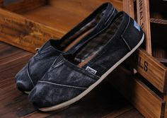 TOMS shoes,fresh and ready for your feet,god...SAVE 75% OFF! It's pretty cool (: just check image!