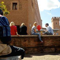 """""""Mi piace attraversare i luoghi e guardare le persone che ci vivono"""". Foto e commento di Ismaila Sall.  La foto é parte della mostra (ri)SCATTI: #Ferrara vista dagli occhi di #rifugiati e richiedenti #asilo che vivono qui. #MyFerrara #comunediferrara #coopcamelot #igersferrara"""