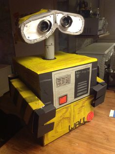 Sinterklaas suprise Wall-E Wall E, Diy Wall, Valentine Day Boxes, Valentines Diy, Homemade Christmas Crafts, Science Crafts, Miniature Houses, Miniature Dolls, Cardboard Art
