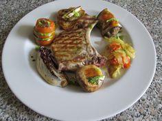 Costoletta  di maiale    verdure   miste qualcuna  grigliata e  qualche altra  brasata tipo   il cavolo ,aceto balsamico Gino D'Aquino