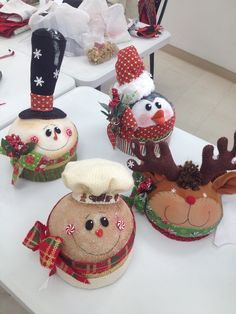 Valeria R Pisaturo's media content and analytics Gingerbread Christmas Decor, Christmas Elf Doll, Christmas Globes, Country Christmas Decorations, Christmas Favors, Felt Christmas Ornaments, Christmas Fabric, Primitive Christmas, Christmas Projects