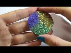 Tutorial: Ciondolo con texture casalinga e pigmenti metallizzati - YouTube Fimo Clay, Clay Tutorials, Turquoise, Rings, Macrame, Crafts, Necklaces, Italy, Jewelry