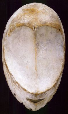 A very rare idumu mask without eyes. It has been suggested that Bwami members attached cowrie shells to serve as eyes, but this seems unlikely since the kaolin on these examples is even Portrait Sculpture, Sculpture Head, Wood Sculpture, African Sculptures, Sculptures Céramiques, African Masks, African Art, Art Premier, Inuit Art