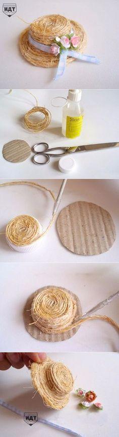 El sombrero de paja decorativo para la muñeca por las manos
