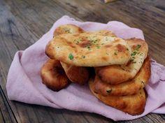 Dere kan tro det lukter godt her! Nå ligger det nystekte Naan-brød på kjøkkenbenken minsom bare venter på å bli spist. Disse ble helt nyd...