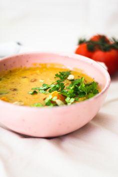 Veganes Linsen Dal - nahrhaftes und wärmendes Eintopfgericht! Das gesunde Linsen Dal ist ein indisches Gericht, gefüllt mit Linsen, Kartoffeln, Gemüse sowie Kokosmilch und versch. Gewürzen. Das Gericht ist super einfach in der Zubereitung und köstlich. #veganesgericht Berry, Lentils, Tofu, Entrees, Protein, Ethnic Recipes, Cat, Pakistani Dishes, Indian Dishes
