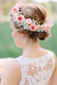 レースや刺繍と合わせたい♡バラとかすみ草の花冠♡ ウェディングドレスに合う春らしい髪型一覧。ウェディングドレス・カラードレス・花嫁衣装に合うヘアアレンジまとめ。