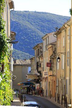 Promenade dans les rues de Bonnieux, dans le Luberon. #bonnieux #luberon #sud #suddelafrance #randonnee #vaucluse #paca #provence #provencealpescotedazur #villageperche #detoursenfrance #visitfrance #france #patrimoine #patrimoinefrancais