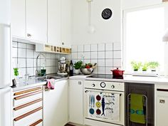 the built-in wooden chopping board and the tea towel