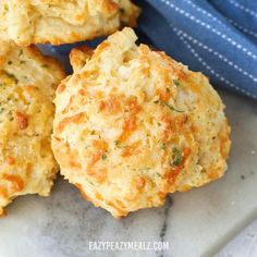 Cheddar Bay Biscuits- The perfect copycat recipe, tender delicious biscuits with a fluffy interior and crisp golden-brown exterior, and loads of flavor. Indian Biscuit Recipe, Biscuit Recipe Video, Bread Snacks Recipe, Scones And Jam, Cheddar Bay Biscuits, Savory Muffins, Mexican Food Recipes, Food Videos, Food Porn