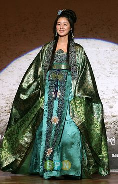 ya myung go #Kdrama 2009 - What a fantastic beautiful #Hanbok !!! Worn by the actress who (I think) plays the first Queen of Nakrang.
