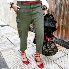 No puedes ir más ideal Asun @asunbaute me fichó esos pantalones y los zapatos rojos, bueno...y el bolso Jueves fuera, fundida es poco Feliz noche!!!! / Great outfit by lovely @asunbaute  #inspo #instapic #inspiration #asunbaute #instablogger #canarias #perfectoutfit #perfectmix #khaki #pullandbear #redshoes zara #camo #pg #trendy #basics #streetwear #streetstyle #streetfashion #casual #stylish ▫️VIA: @asunbaute