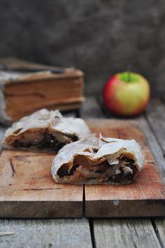 ЯБЛОЧНЫЙ ШТРУДЕЛЬ (apple streudel...google translate the recipe!) // coincidetally vegan! // via saharisha