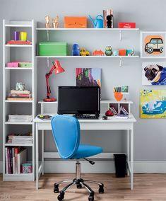 Este pode ser uma boa opção para o volta às aulas do seu filho. A base, assim como nos demais ambientes, permanece neutra, mas os acessórios enchem o espaço de vida, com muitas cores e formas criativas. Os brinquedos deixam o home office lúdico, leve.