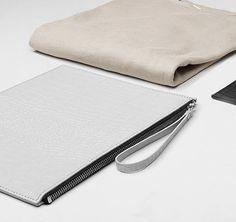 Einfache Clutch, aus pflanzlich gegerbtem Leder, mit Croco-Muster. Hier entdecken und shoppen: http://sturbock.me/aDj