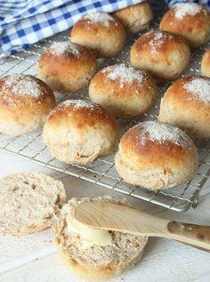 Kalljästa grova frukostfrallor No Bake Desserts, Dessert Recipes, Swedish Recipes, Breakfast Snacks, Bagan, Bread Baking, Food Inspiration, Love Food, Baked Goods