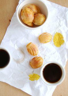 Orange cardamom madeleines with Cointreau glaze / Madeleines de laranja e cardamomo com casquinha de Cointreau by Patricia Scarpin, via Flickr