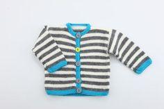 Gratis strikkeopskrift på denne smarte stribet bebytrøje. Trøjen er designet i et stribet mønster, som giver mulighed for at justere farvekontrasterne
