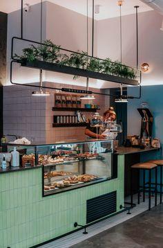 Restaurant Counter, Cafe Counter, Deco Restaurant, Black Restaurant, Coffee Bar Design, Coffee Shop Interior Design, Coffee Shop Bar, Coffee Shop Counter, Small Restaurant Design