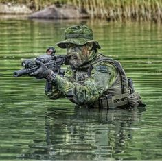 Have you ever been on an exercise involving water, usually black water, that didn't involve an overhead flare? Just so you have to be totally submerged in water that you would never let your kids swim in. Military Police, Military Art, Army, Military Special Forces, Green Beret, Military Pictures, Special Ops, Modern Warfare, Navy Seals