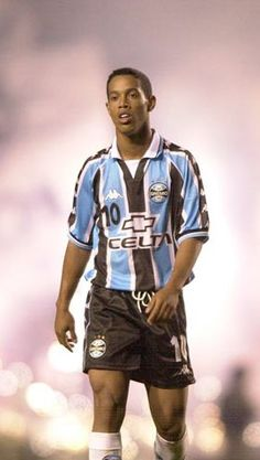Ronaldinho Gaúcho - Grêmio Best Football Players, Soccer Players, Ronaldo, Fifa, Barcelona Team, Most Popular Sports, Soccer Stars, Uefa Champions League, Best Games