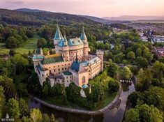 Bojnice Castle is a medieval castle in Slovakia built in the century. Bojnice Castle is one of the most visited citadels in Slovakia. Beautiful Castles, Most Beautiful, Beautiful Places, Chateau Medieval, Medieval Castle, Scotland Castles, Castle Ruins, French Cottage, Kirchen