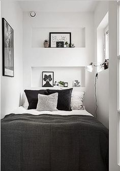55 Small Master Bedroom Ideas November Leave a Comment There is no reason at all that a small bedroom even a really tiny bedroom can't be every bit as gorgeous, relaxing, and just plain full of personality as a much larger space. Very Small Bedroom, Small Room Bedroom, Bedroom Decor, Bed Rooms, Cozy Bedroom, Bedroom Setup, Tiny Master Bedroom, Bedroom Black, Bedroom Furniture