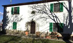 Sud Toscana, a 4 km da Arcidosso (GR), ai piedi del Monte Amiata situato ad 800 mt. s.l.m. VENDESI antico casale toscano di inizio XX secolo completamente e finemente ristrutturato, disposto su due livelli, con attigua dependance disposta su di un unico livello e con 3 ettari di terreno.Il casale principale ha un totale di 8 vani e 2 bagni, tutti dipinti con vivaci colori