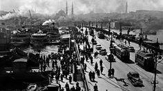 Osmanische Kulisse, weltstädtisches Treiben: die alte Galata-Brücke in Istanbul in einer Aufnahme aus dem Jahr 1954.