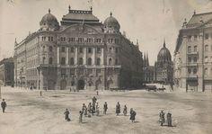 székháza a Szabadság téren 1900 körül Old Pictures, Old Photos, Vintage Photos, Vintage Architecture, Budapest Hungary, Historical Photos, Old Town, Taj Mahal, The Past